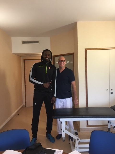 Horacio D'Almeida, equipe de France de Volley-ball, à la Polyclinique Oxford avec le Dr Gaillaud